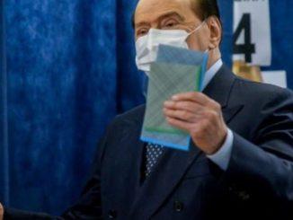 Berlusconi al seggio per le elezioni comunali