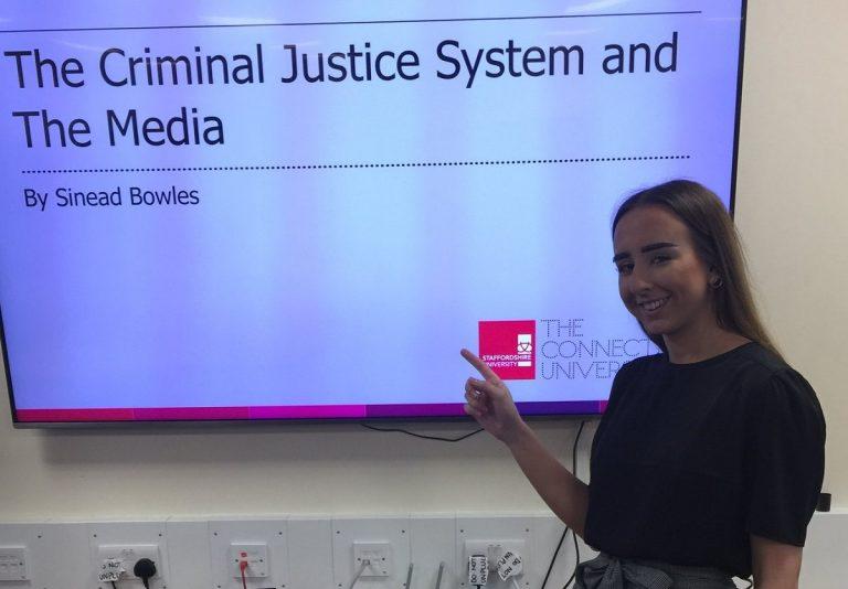Sinead Bowles durante una sessione di studi penali