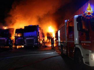 Avellino, incendio in un deposito di autoarticolati: 12 tir distrutti dalle fiamme