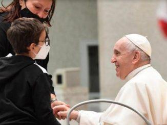Vaticano bimbo sul palco