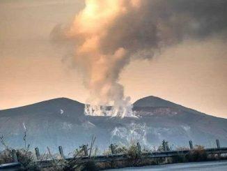 Il pinnacolo di fumi tossici a Vulcano