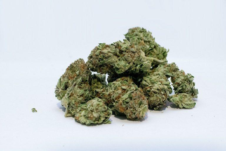 Invia marijuana all'amico per posta ma arriva per sbaglio ad un'anziana