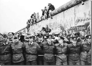 Folla muro di Berlino1 300x217